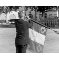 Le drapeau de l'Ecole militaire d'Infanterie est décoré de la Croix de la Légion d'honneur.