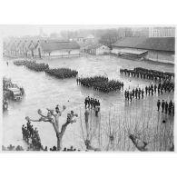 L'armée d'armistice : cérémonie de remise de la croix de guerre au fanion du 6e BCA de Grenoble (Isère).