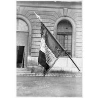 Présentation du drapeau du 43e RIA de Marseille (Bouches-du-Rhône).