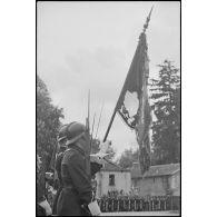 L'armée d'armistice : cérémonie de remise du nouveau drapeau aux unités de chasseurs à pied à Bourg-en-Bresse (Ain).
