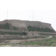 Remparts de la citadelle de Quala i Jangi près de Mazar e Charif, où des moutons broutent.