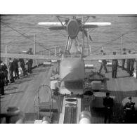 [Les rades de Brest et de Toulon : navigation de porte-avions, sous-marin et bâtiments de guerre.]
