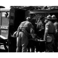 Compilation d'images du service de santé : hôpital et postes de secours.