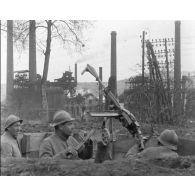 Compilation d'images : Mitrailleuses, escrime à la baionnette, poste de combats en 1918.