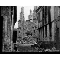 [Ruines : village, église, cimetière / Cérémonie d'hommage dans des cimetières militaires américains.]