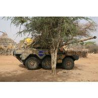 Déploiement de l'opération de la force européenne EUFOR Tchad/RCA (République centrafricaine) : au cours d'une patrouille, un véhicule blindé léger ERC-90 Sagaie, élément d'une patrouille du bataillon Centre, est stationné dans un village à proximité du camp de Forchana.