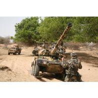 Déploiement de l'opération de la force européenne EUFOR Tchad/RCA (République centrafricaine) : au cours d'une patrouille d'un détachement du bataillon Centre à proximité du camp de Forchana, des marsouins placent des plaques de roulage sous les roues d'un véhicule blindé léger ERC-90 Sagaie afin d'éviter son ensablement lors d'un passage difficile.