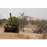 Déploiement de l'opération de la force européenne EUFOR Tchad/RCA (République centrafricaine) : un véhicule blindé léger ERC-90 Sagaie et un VLRA, éléments d'un détachement du bataillon Centre, sont en patrouille à proximité du camp de Forchana.