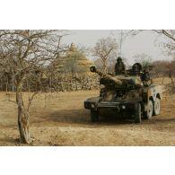 Déploiement de l'opération de la force européenne EUFOR Tchad/RCA (République centrafricaine) : un véhicule blindé léger ERC-90 Sagaie, élément d'un détachement du bataillon Centre en patrouille à proximité du camp de Forchana, arrive dans un village.
