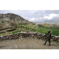 Progression d'une patrouille vers le village de Wochakanay, en Afghanistan.