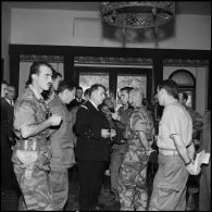 Conférence de presse du vice-amiral d'escadre Barjot qui rencontre ensuite des officiers français et britanniques à Port-Saïd.