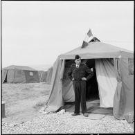 Le général Jouhaud visite la base aérienne d'Akrotiri (Chypre).