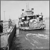 Visite du général britannique Sir Charles Keightley aux troupes françaises à Port-Fouad et Port-Saïd.