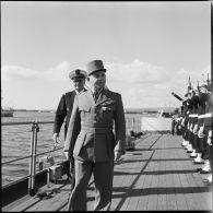 Le vice-amiral d'escadre Barjot, le général Beaufre et le général britannique Keightley visitent le croiseur Georges-Leygues, en rade de Limassol (Chypre).