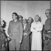 Interrogatoire de prisonniers égyptiens dans les environs d'El Cap.