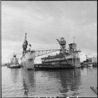 Renflouement d'un dock flottant par la Marine nationale à Port-Saïd.