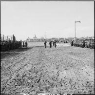 Cérémonie à Port-Fouad à l'occasion du transfert des corps de parachutistes français.
