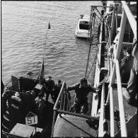 Visite du croiseur Georges Leygues par des officiers égyptiens au large de Port-Saïd.