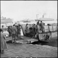 Embarquement de ressortissants français sur le Pasteur et de troupes britanniques à Port-Saïd.