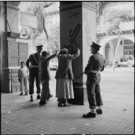 Fouille de civils égyptiens à la suite d'un attentat à Port-Saïd.
