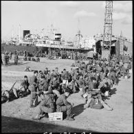 Rembarquement des troupes françaises à Port-Saïd.