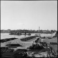 Cérémonie sur le quai d'embarquement de Port-Fouad, embarquement des dernières troupes françaises et dernière visite du général Beaufre au général Stockwell sur le HMS Tyne.