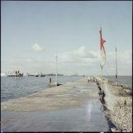 Vues en Agfacolor du canal de Suez et de bâtiments français à Port-Saïd et Port-Fouad.