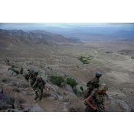 Progression des sections de la compagnie noire du 2e régiment étranger de parachutistes (2e REP) sur les pistes de montagne de Sper-kunday, en Afghanistan.