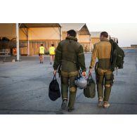 Des pilotes Rafale s'apprêtent à partir en mission sur la base aérienne projetée (BAP) en Jordanie.