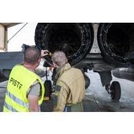 Un pilote mène la visite pré-vol d'un avion Rafale avec son mécanicien sur la base aérienne projetée (BAP) en Jordanie.
