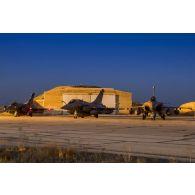Des avions Rafale se tiennent prêt au décollage sur la piste de la base aérienne projetée (BAP) en Jordanie.