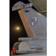 Insigne de l'escadron de chasse 1/4 Gascogne sur la dérive d'un avion Rafale sur la base aérienne projetée (BAP) en Jordanie.
