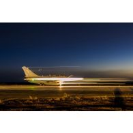 Décollage d'un avion de chasse Rafale depuis la base aérienne projetée (BAP) en Jordanie.