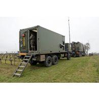 Camion de liaison satellitaire d'une section SAMP/T Mamba lors de l'exercice Nawas 2012.