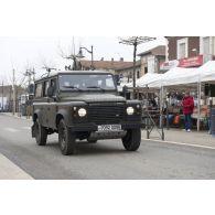 Passage dans un village d'un Land Rover Durisotti participant à l'exercice Nawas 2012 .