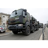 Passage dans un village d'un camion Kerax lanceur Mamba (moyen de défense anti-balistique et aérobie) d'une section SAMP/T lors de l'exercice Nawas 2012.