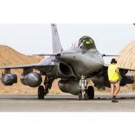 Un avion Rafale de l'escadron de chasse 3/30 Lorraine se tient prêt au décollage sur la piste de la base aérienne projetée (BAP) en Jordanie.