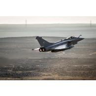Un avion de chasse Rafale survole la Jordanie lors dun raid aérien en Irak.