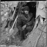 Sur la ligne de front dans un bois près de Bitschwiller-lès-Thann (Haut-Rhin), un sous-officier installé dans un abri de fortune attend Noël.