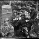 Sur la ligne de front dans un bois près de Bitschwiller-lès-Thann (Haut-Rhin), des soldats reçoivent de petits cadeaux à l'occasion de Noël.