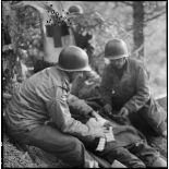 Sur le front alsacien, un soldat blessé reçoit les premiers soins dans un poste de secours avancé.