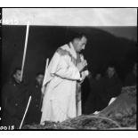 Un prêtre célèbre la messe de minuit dans une unité à proximité du front, entre Bourbach-le-Haut et Bitschwiller-lès-Thann (à 3 km au Nord-Ouest de Thann).