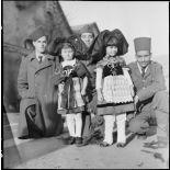 Photographie de groupe de tirailleurs algériens posant avec des enfants alsaciennes à l'occasion de Noêl.