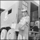 Déchargement du camion de l'équipe cinéma itinérante