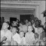 Au poste de My Do, militaires et enfants de partisans assistent  à une projection de la section cinéma du service social des FAEO (Forces armées d'Extrême-Orient), en tournée à travers le pays ThaÏ.
