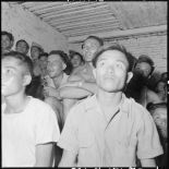 Dans un poste, militaires et partisans assistent à une projection de la section cinéma du service social des FAEO (Forces armées d'Extrême-Orient), en tournée à travers le pays ThaÏ.