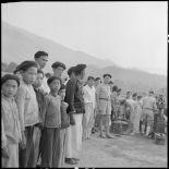 Installation du matériel de projection de l'équipe cinéma des FAEO (Forces armées d'Extrême-Orient) en présence de nombreux villageois de Muong Chen et d'élements d'un bataillon Muong.