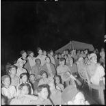 Militaires et villageois assistent à une séance de cinéma en plein air du service social des FAEO (Forces armées d'Extrême-Orient) à Ban It Ong.