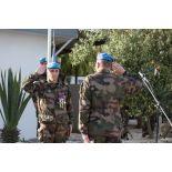 Le colonel Loïc Girard, chef de corps du 1er RIMa (1er régiment d'infanterie de marine) et commandant de la FCR (Force commander reserve), rend les honneurs à un chef d'éléments lors du cérémonial des couleurs sur la place d'armes du camp 9.1 de Deir Kifa au Sud-Liban.