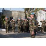 Salut au drapeau par le colonel Loïc Girard, chef de corps du 1er RIMa (1er régiment d'infanterie de marine) et commandant de la FCR (Force commander reserve), lors de la cérémonie aux couleurs sur la place d'armes du camp 9.1 de Dayr Kifa (Sud-Liban).